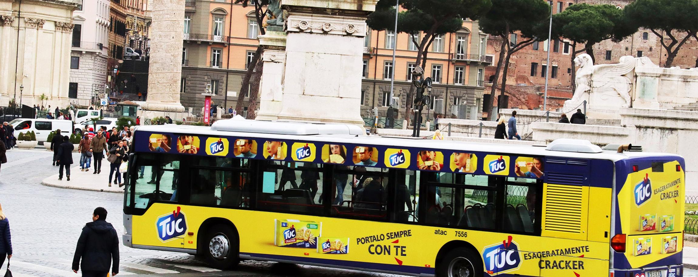 Autobus decorato a Roma